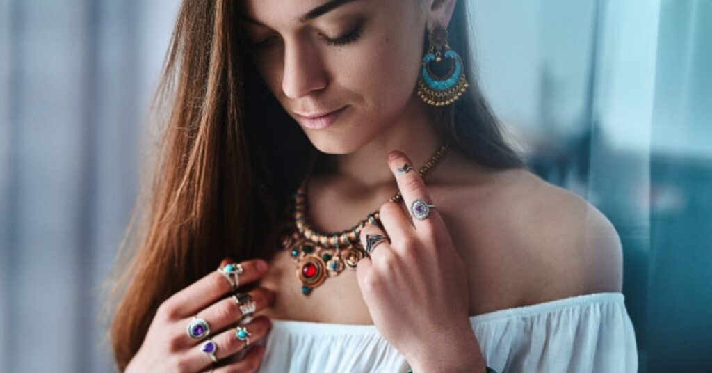 How to Wear Jewelry to Compliment Your Look